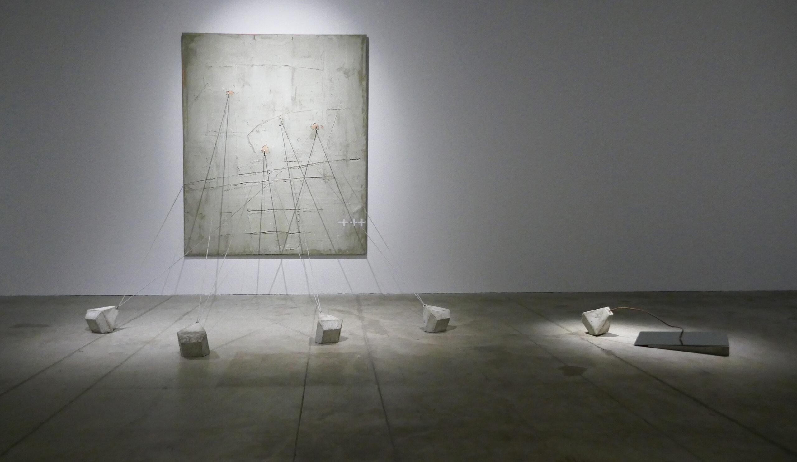 Nuojauta. 2017. Medis, drobė, akrilas, betonas, metalas. Sintetiniai strypai, veidrodis, 200 x 160cm.